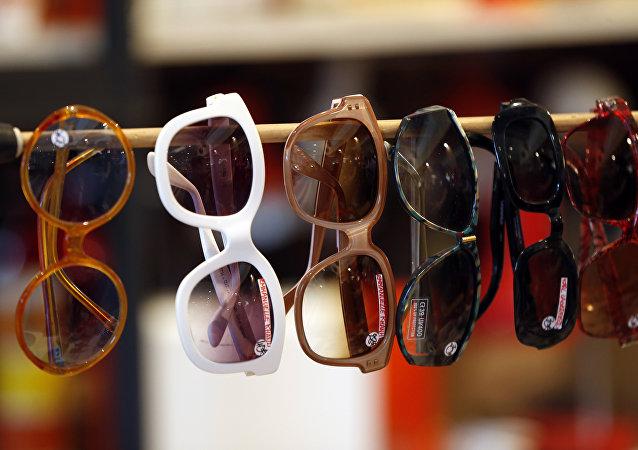 泰国警方在两名中国人处没收大批伪造太阳镜