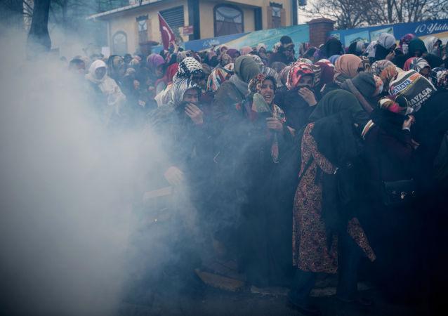 RT电视台一女记者在伊斯坦布尔遭警方催泪弹攻击