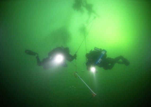 俄潜水者创下新的冰潜世界纪录