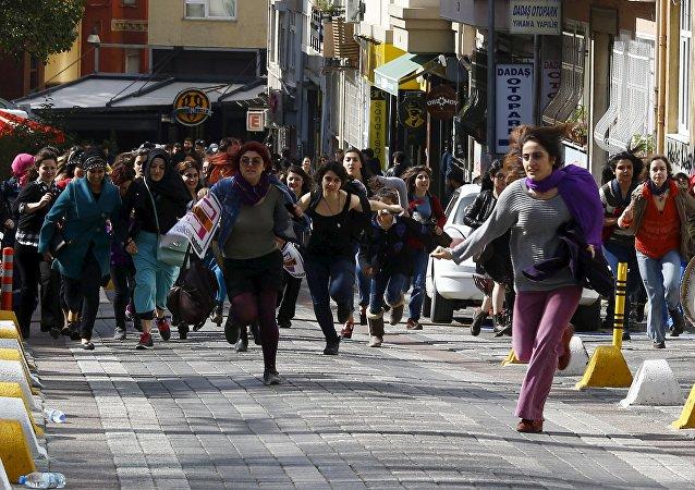 伊斯坦布尔警方暴力驱散妇女节前夕集会的女性示威者