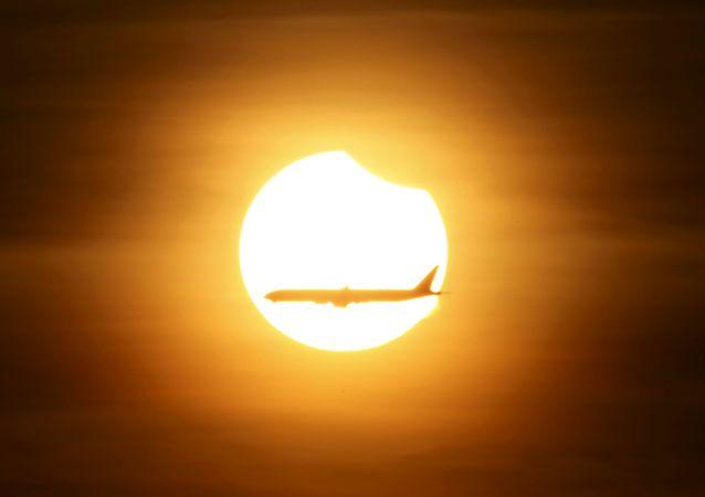 印度尼西亚和太平洋地区国家的上万民众周三晚上观看到了日全食。日食的最佳观测地点位于印尼西部。