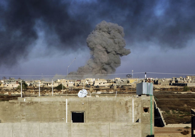 """伊拉克空军击毙了包括13名指挥官在内的77名""""伊斯兰国""""武装分子"""