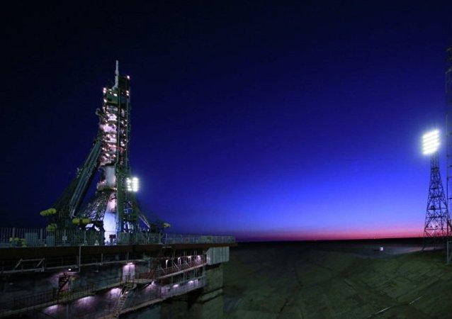 搭载联盟MS02飞船的联盟FG火箭已经安装在发射架上