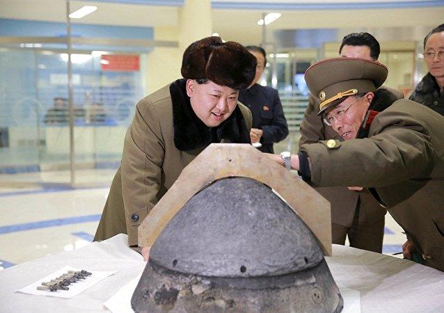 金正恩正在查看核弹头