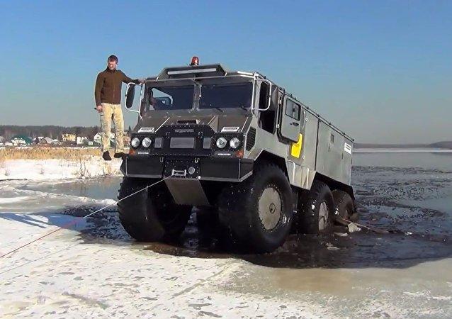 俄罗斯越野车准备前往南极考察