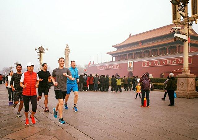 Facebook创始人扎克伯格跑步穿过北京市老城区
