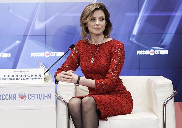 克里米亚检察长波克隆斯卡娅在节日之际换上连衣裙
