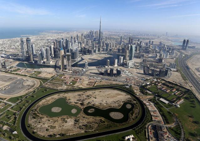 """""""警察机器人""""在迪拜正式上岗"""