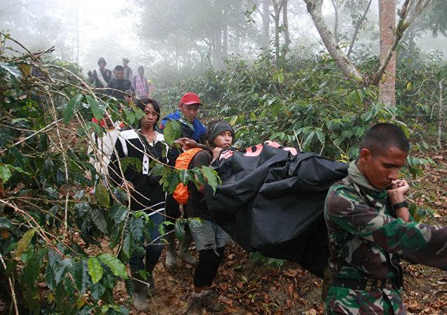 载有13名军官的军用直升机在印度尼西亚坠毁
