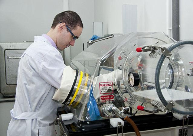 远东联邦大学的年轻科学家在进行制造新一代抗癌药物的研究