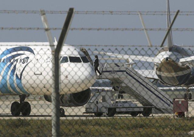 据媒体报道,A320客机的劫机者是埃及人IBRAHIM SAMAHA。