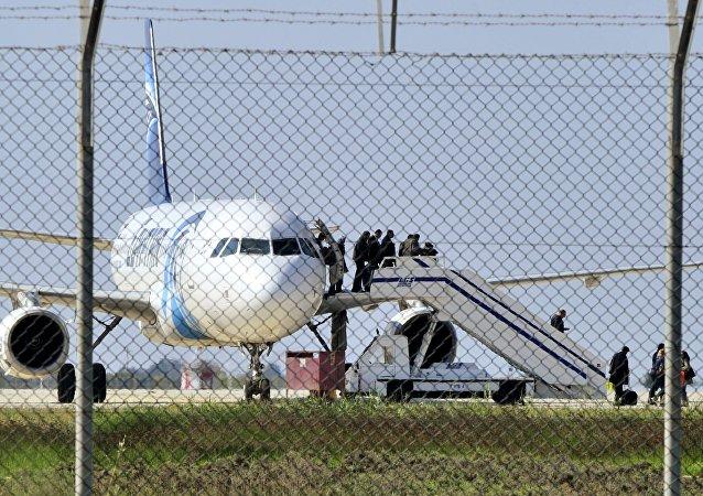 """遭劫持飞往塞浦路斯客机上的空姐称劫持者的行为""""令人感动"""""""