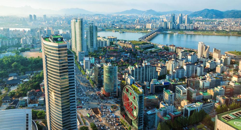 韩国攀岩运动员征服了该国最高的摩天大楼