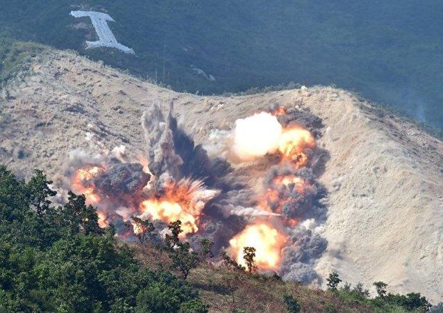 韩国在与朝鲜边界进行炮兵射击演习