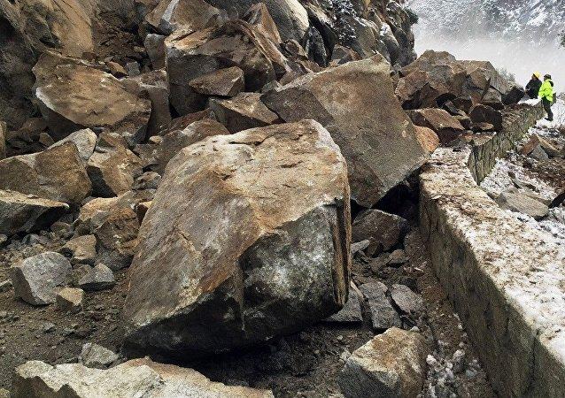 连接吉尔吉斯斯坦与中国的战略公路因岩崩被封锁