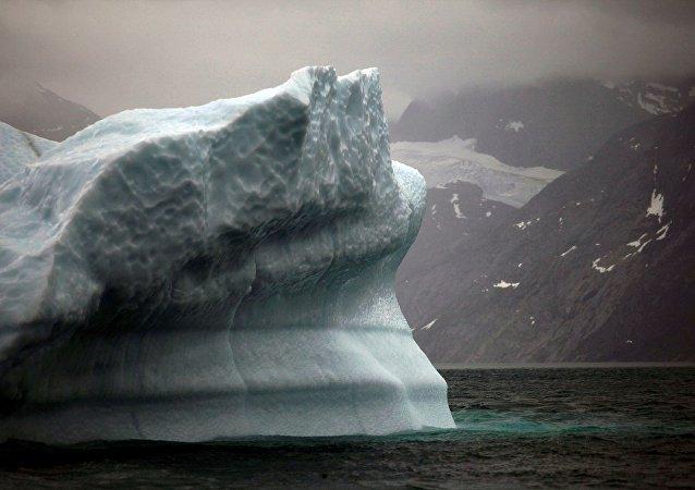 巨型冰山逼近格陵兰岛村庄 村庄恐被淹