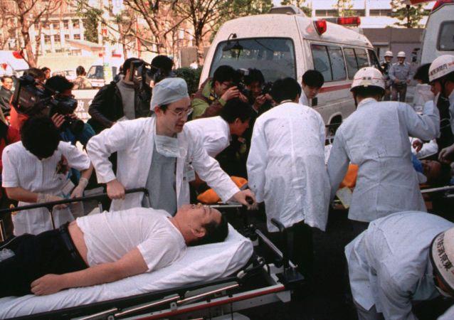 1995年3月20日,该组织成员在东京地铁站施放沙林毒气