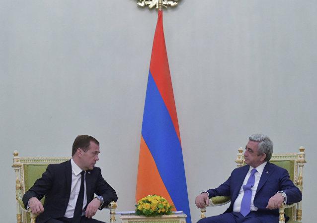 俄罗斯总理德米特里•梅德韦杰夫与亚美尼亚总统谢尔日•萨尔基相