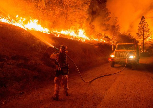 扑救加尼福尼亚火灾