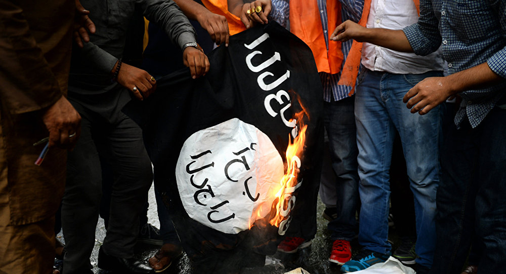 Люди сжигают флаг ИГ