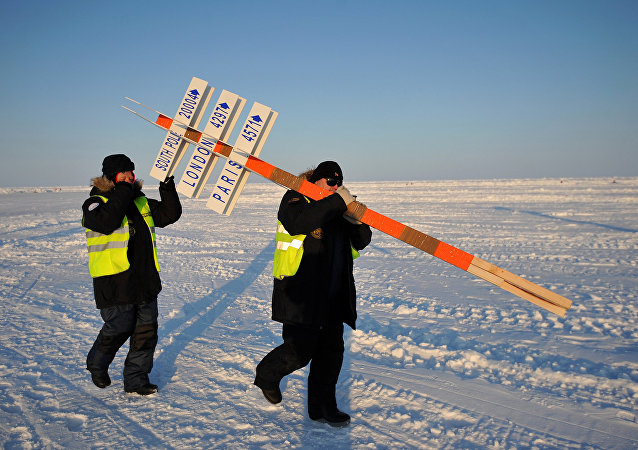 俄罗斯科学家们抬着象征北极的柱子
