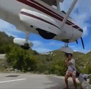 惊险!摄影师冒死记录飞机降落瞬间