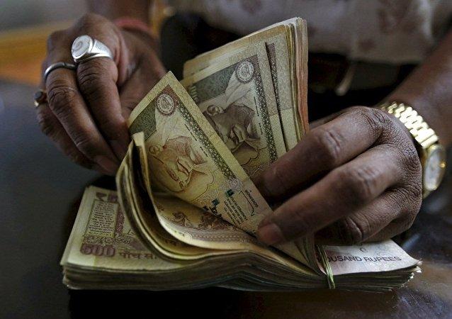 印度银行为打击洗钱将以难洗墨水标记换钞人