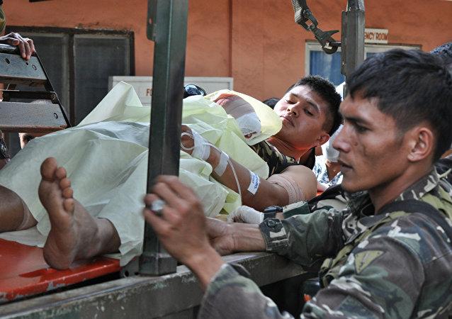 """遭到来自""""阿布沙耶夫""""组织的恐怖分子袭击而受伤的1名的菲律宾士兵"""