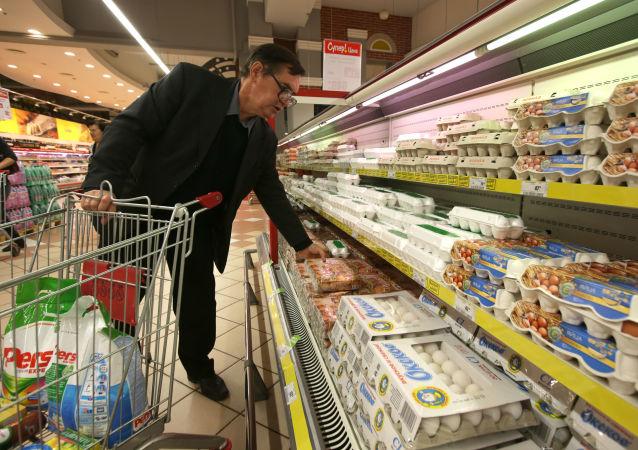 俄聯邦國家統計局:4月份俄零售營業額停止下跌 顯示出零增長