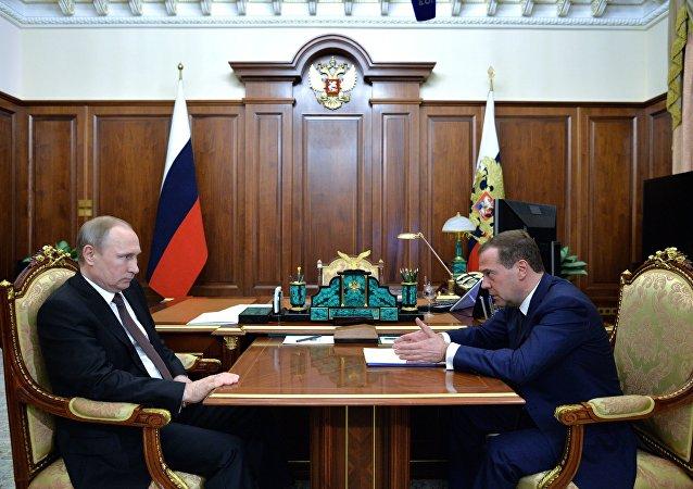 普京与梅德韦杰夫就即将发表的政府工作报告举行工作会晤