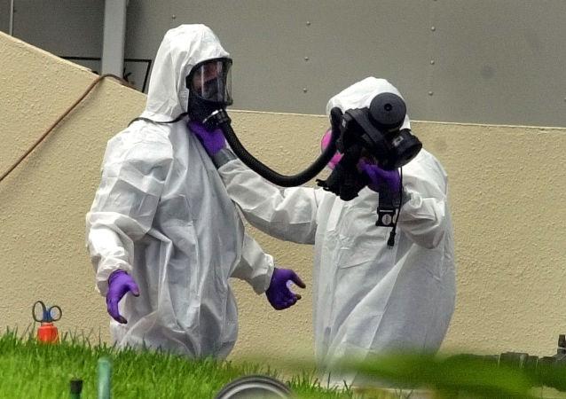 身着细菌防护服的专家