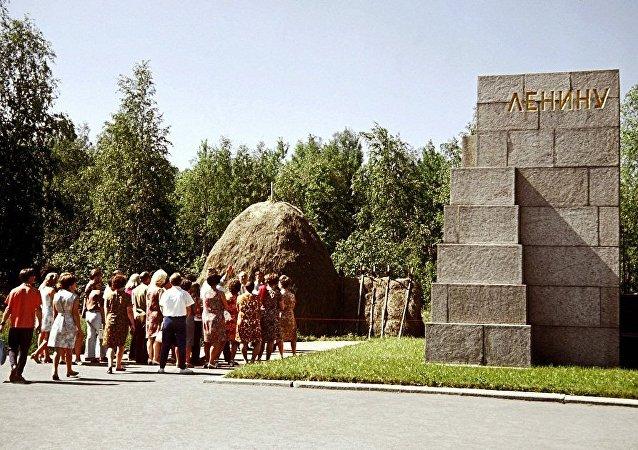 中国游客开始参观列宁窝棚博物馆