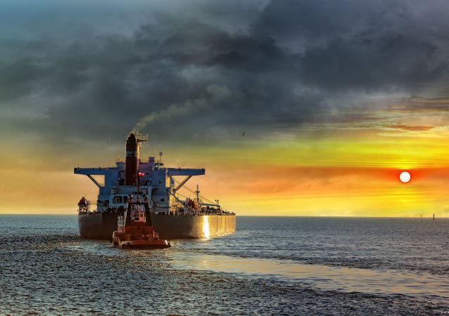 Танкер в море на фоне заката