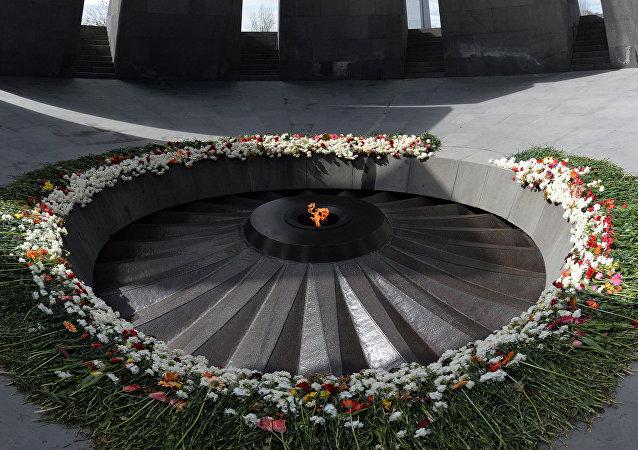 亚美尼亚总统向大屠杀遇难者纪念碑敬献花圈
