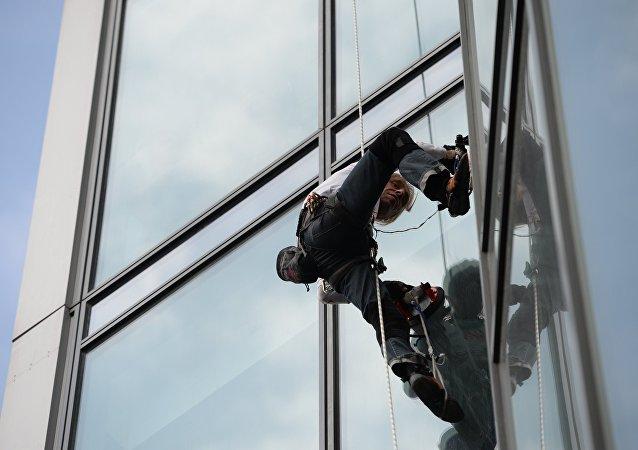 """""""蜘蛛人""""阿兰·罗伯特爬上了阿拉木图的最高楼"""