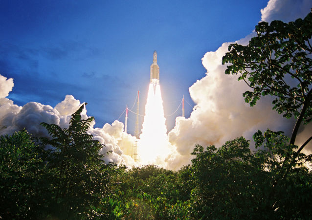 """""""阿丽亚娜5""""号运载火箭从法属圭亚那库鲁航天发射场成功发射"""