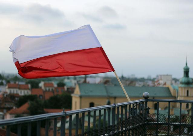 华沙民族主义分子大游行近10万人涌上街头