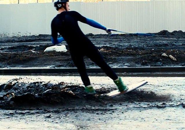 车里雅宾斯克人在泥泞的街上玩冲浪
