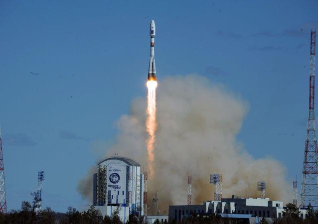 """""""联盟-2.1a""""运载火箭搭载""""罗蒙诺索夫""""、""""AIST-2D""""、""""SamSat-218""""三颗俄罗斯卫星在东方航天发射场升空。"""