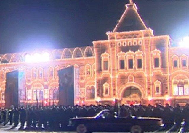 俄罗斯胜利日阅兵夜间彩排——壮观的分列式和装甲车!