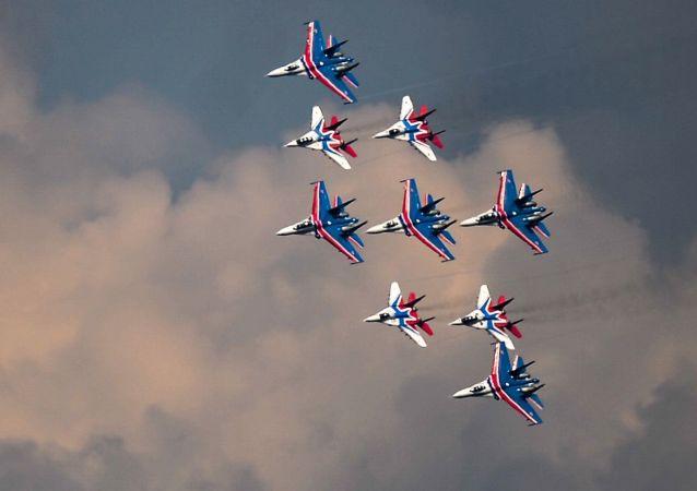 """俄罗斯""""勇士""""和""""雨燕""""飞行表演队将亮相第十一届中国航展"""