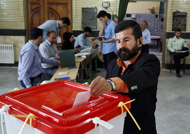 媒体:鲁哈尼支持者赢得伊朗议会第二轮选举
