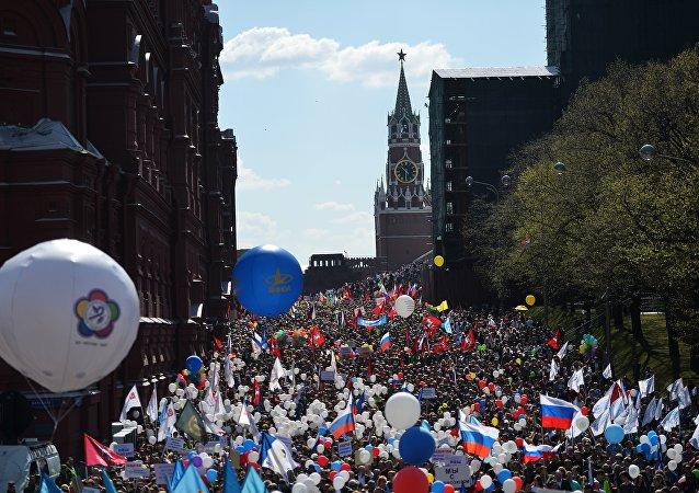 莫斯科五一大游行汇聚10万人