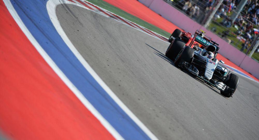 英国车手刘易斯•汉密尔顿在索契举行的一级方程式俄罗斯站获胜