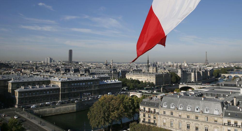 媒体:法国总理召见雇用自己女儿的内政部长
