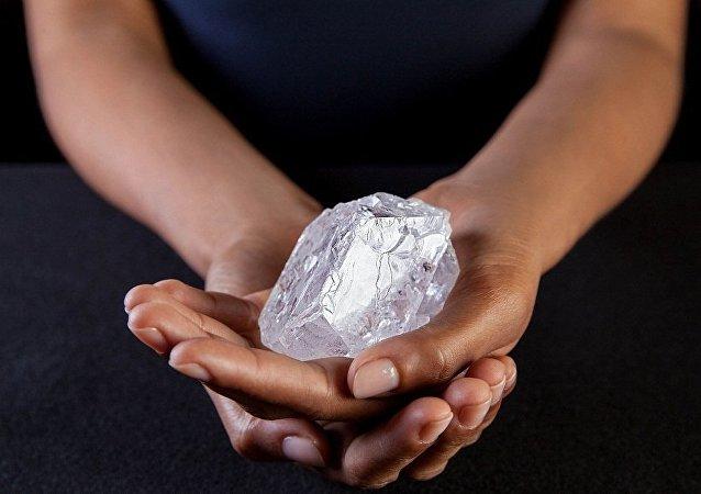 一颗网球大的钻石拍价约7000万美金