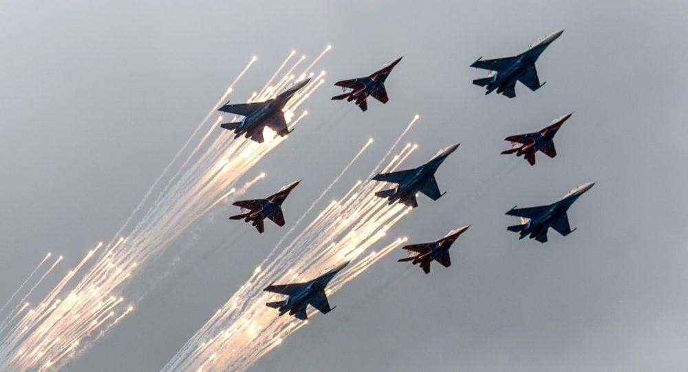 """莫斯科郊外库宾卡举行""""雨燕""""与""""俄罗斯勇士""""诞生日纪念飞行秀"""