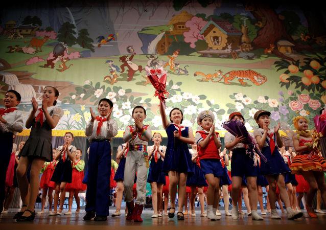 """学习俄语的朝鲜中学生参观俄滨海边疆区并演唱""""喀秋莎"""""""