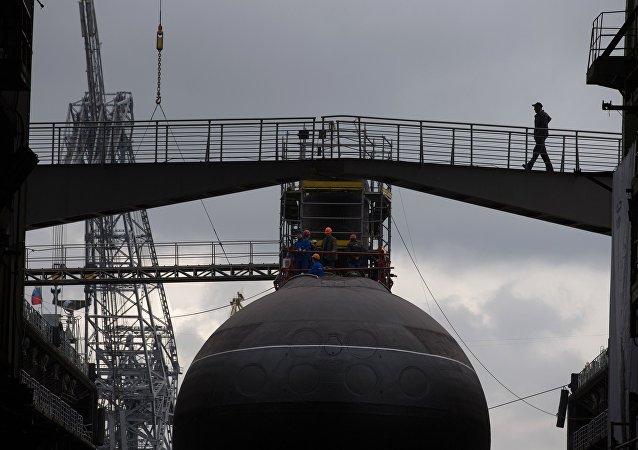 """俄北海舰队旧奥斯科尔号潜艇在巴伦支海发射""""口径""""巡航导弹"""