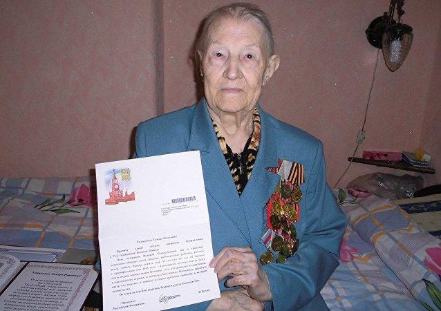 莫斯科华妇联代表登门慰问二战老兵达玛拉